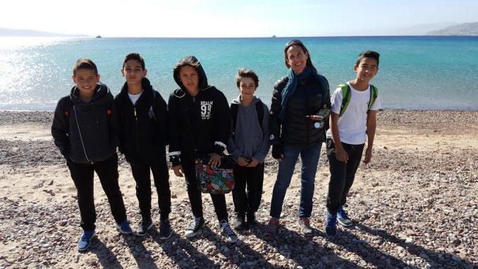 """תלמידי שכבה ו' בבית-הספר """"אלמוג"""", בניהולה של בטי סימלמיץ יצאו לסיור לימודי, שסיכם יחידת לימוד בנושא שמירה על ניקיון החופים. במהלך הסיור לקחו התלמידים חלק בניקיון רצועת חוף מפרץ השמש והצטרפו לבדיקת מדד חוף נקי, שנערך מידי שבועיים על ידי המשרד להגנת הסביבה. התלמידים התרשמו מפעולות העירייה לשמירה על חופים נקיים, בזכותן שומרת העיר אילת על דירוג גבוה קבוע, במדד חוף נקי של המשרד להגנת הסביבה. במהלך החודש האחרון, במסגרת שיעורי חינוך לשוני, למדו תלמידי השכבה את יחידת הלימוד """"חוף מעשה במחשבה תחילה"""", שנועדה לפתח אוריינות סביבתית וקוד התנהגותי אישי וחברתי ביחס לשמירה על הים ועל החוף והתמקדו באחריות המוטלת על התלמיד בכל הנוגע לשמירה ולהגנה על סביבת הים וחופי אילת, למען שיפור איכות החיים שלנו ושל הדורות הבאים. במסגרת זו, יזמו המחנכות נועה גוקמן ושרית כהן, מפגש חוץ לימודי וחברו לעופר אברהם - ראש מינהל שירות לתושב בעירייה ולמחלקות תחזוקה ופינוי אשפה, בכדי לשתף פעולה בנושא ולקחת חלק בניקיון החופים דג סוף ומפרץ השמש. לסיכום יחידת הוראה """"חוף מעשה במחשבה תחילה"""" יצאו התלמידים לסיור """"ניקיון חופים"""" בחופי אילת והצטרפו למבדק מדד חוף נקי בחופי אילת, אשר נערך מידי שבועיים ע""""י נציגת המשרד להגנת הסביבה. במבדק זה נמדדים רמת ניקיון חופי אילת מרמה של בדל סיגריה ופקקים. ביום זה זכו התלמידים לראות עד כמה חשוב ניקיון חופי אילת, המהווים משאב לאומי ונכס לעיר ותושביה. התלמידים קיבלו הסבר על חשיבות ניקיון חופי הים וחשיבות השמירה על ערכי הטבע מדלית מוהר ארליך, עורכת המבדקים. בסיום מפגש הלמידה הצטרפו חלק מהתלמידים לצוות הבודקים וערכו ביחד עם דלית את המבדק. תלמידי השכבה ישמשו כשגרירים לנושא ויעבירו שיעורים חווייתיים בשכבות הגיל הצעירות תוך הדגשת החשיבות של שמירה על ניקיון החופים."""